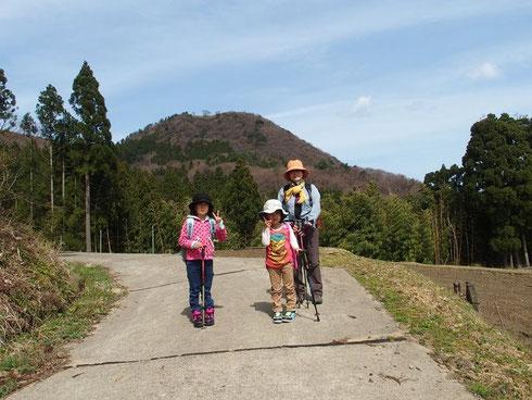 目指す高須山をバックに出発です