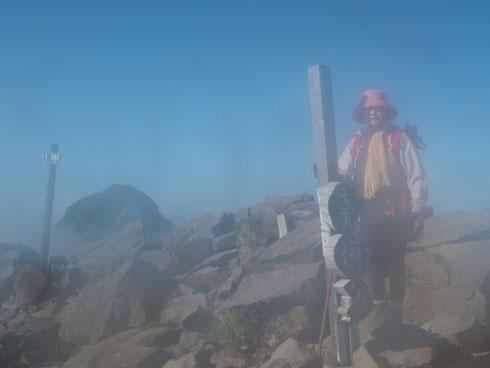 横岳:その先には赤岳が・・・レンズが曇っていたとはね