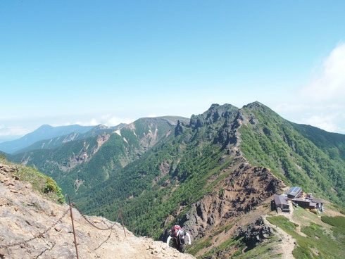 赤岳山頂直前から足跡を振り返る