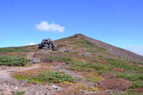 カッコのいい山です。東栗駒山はもうすぐです。