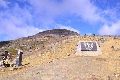 山頂駅を出たところ。ここから見る限り山頂は丸みを帯びていてやさしい感じがします。ところが・・・                今日は寒くて風がとっても強い。この場で合羽を着こんで出発した。