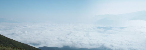 左側は雲海に覆われ、それもいい雰囲気でした
