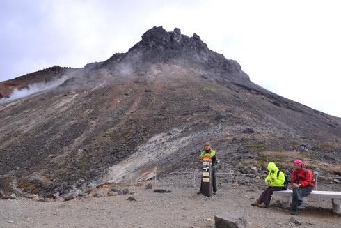 牛ヶ首に着きました。山頂駅から見たイメージと随分違います。     噴き出た溶岩がそのまま固まった荒々しい姿。風が強いので水蒸気がそのまま横に流されている。男性的な荒ぶる山でした。