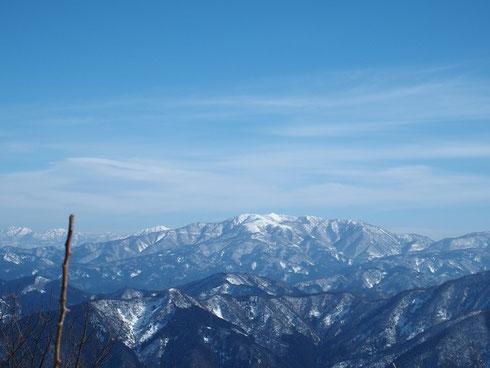 荒島岳と部子山・・・荒島岳は部子山の左肩に