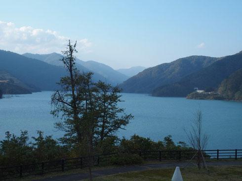 徳山会館からダム上流を望む。最奥の山は金草岳です。