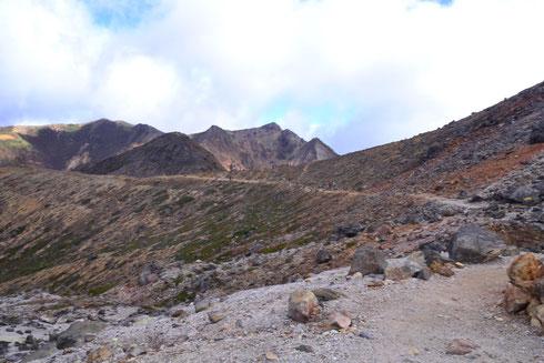 分岐点が見えますね。右が山頂経由ロープウェイ山頂駅へ。左側の見えている道のほんの先を下ると峰の茶屋あと。