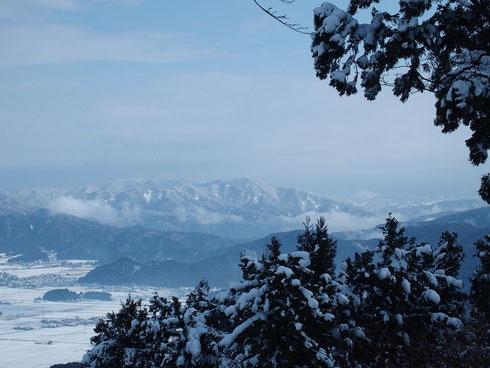 山頂から白山を望む 白山は雲の中でしたが、剣ヶ岳が美しかった