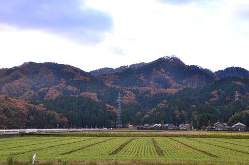 山頂から左側の稜線にかけて雪化粧が見える