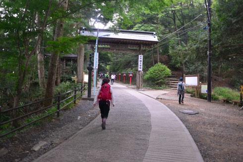 ちゃんと山歩きのスタイルですよ。この門の右手に4号路がある。