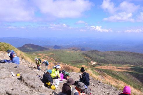 山頂直前は急な階段が続く。左側の尾根を大きく迂回してきた。                        背後に東栗駒山が見え、その間に大きな谷があるようだ。滑床の源流でしょう。