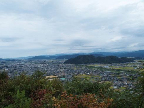 山頂展望台から越前の代表的な市民の山が眺められる       手前から村国山、三里山、文殊山です