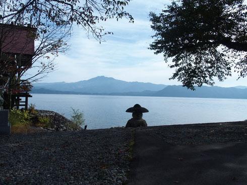 途中の田沢湖畔です。秋田駒ヶ岳を映しこんだいい風景です。           秋田駒ヶ岳は花の名山・・・山旅を何度か計画するもまだ実現できていない