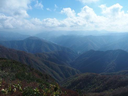 眼下に徳山ダムが見える。