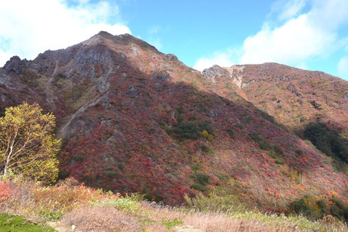 朝日岳の方向:ここまで下ると風はほとんど気にならない。そんなことはお構いなしに登山者が途絶えません。