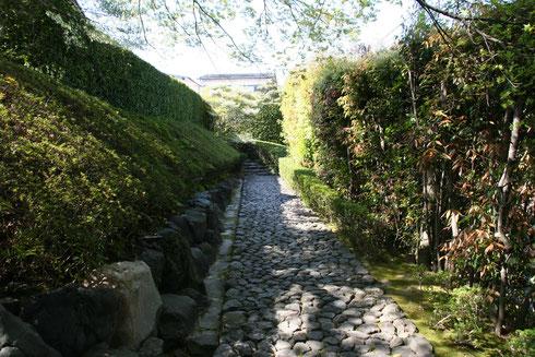 園内のアプローチ 天然石が敷き詰められています。