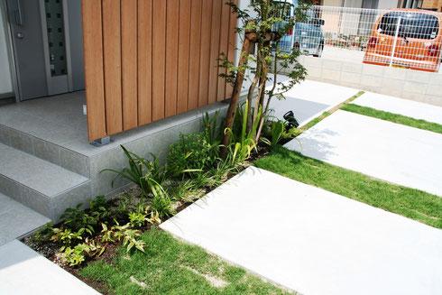 駐車場の芝目地のグリーン