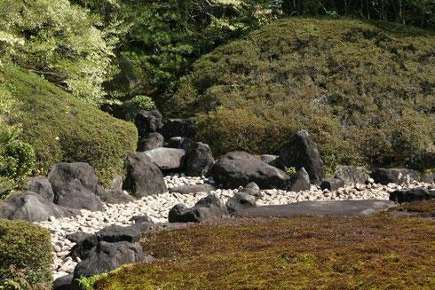 鶴を模した石と亀を模した築山