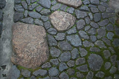 敷き詰められた石のアプローチ
