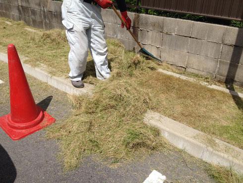 中も徐々に芝刈をし、一度芝を取り除きます。