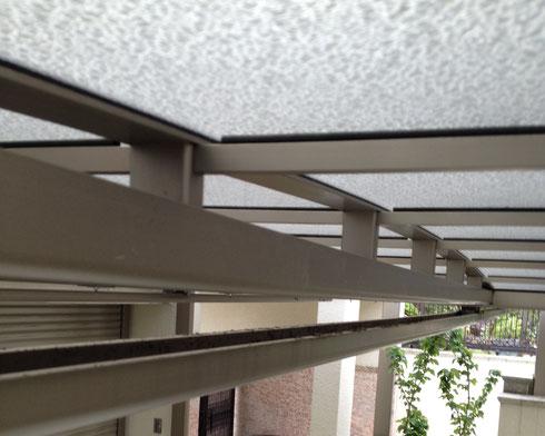 カーポートの屋根の下 梁の下の部分に雨どいがある。