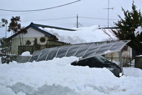 1台分+延長 の大きさと思われるカーポート 雪の重さにつられて後ろの方から柱が曲がり倒れている様に見える