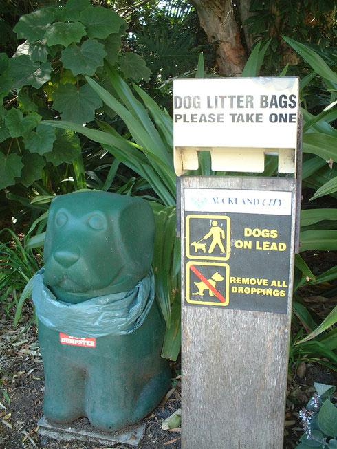 公園に設置された犬のうんち入れ 上にはちゃんと袋まで完備 日本もこの制度が有ったら良いのに