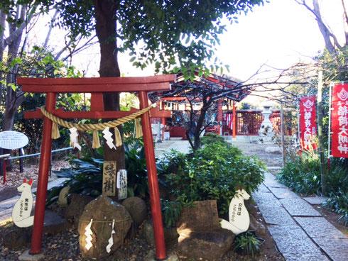 近所の八重垣稲荷神社。男性と女性と参道が分かれています。