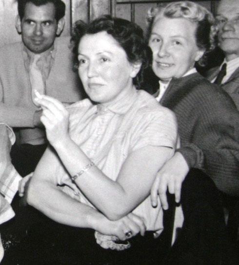 Ilse Rümmler & Gisela Teichmann Anfang der 1950er zur Gründungsversammlung SV Medizin im Löwen
