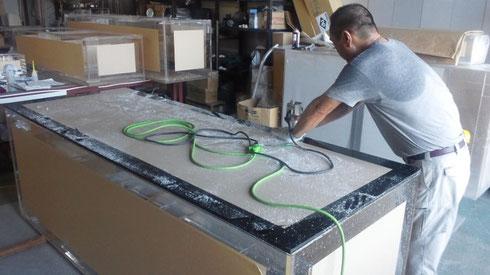 本体と底板の出っ張り削り(目地払い)作業