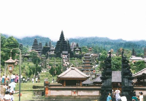 インドネシア、バリ島のヒンドゥー教寺院の総本山・ブサキ寺院。中央のパナタラン・アグン寺院はシバ神を祀る。