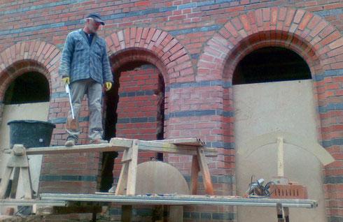 Herstellen von zusätzlichen Fensteröffnungen in der Klinkerfassade mit speziell dafür nachgefertigten Klinkern und Formsteinen im Reichsformat