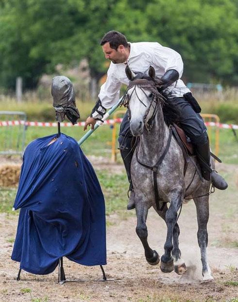 Le cavalier au galop doit transpercer le mannequin à l'aide de sa lance, ou encore envoyer sa tête le plus loin possible avec une masse d'arme.