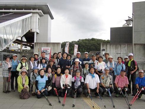 急いで集合写真 皆様の笑顔とっても眩しかったです (*^^)v この後すぐにザーッというもの凄い豪雨と雷 危機一髪でした
