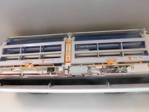 前面パネルを開けると、配線がゴチャゴチャと。