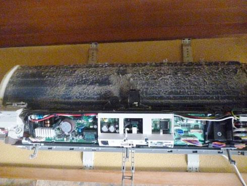 お掃除ユニット機械を外すとアルミフィンにまで汚れが突き抜けていました
