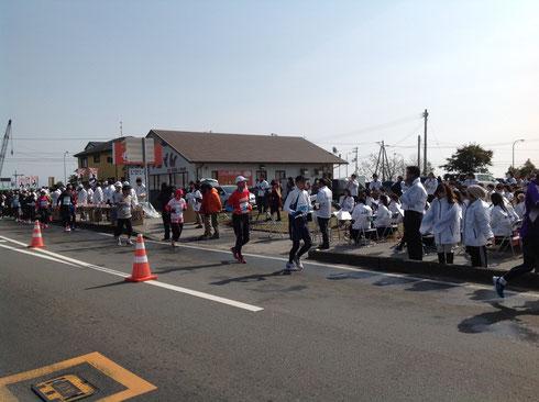 春野赤岡線の沿道で演奏する三里中学校の吹奏楽部