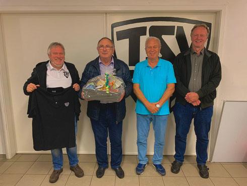 Pitti, Dieter und Wolfgang scheiden aus dem Vorstand aus und werden von Hermi (rechts) verabschiedet.