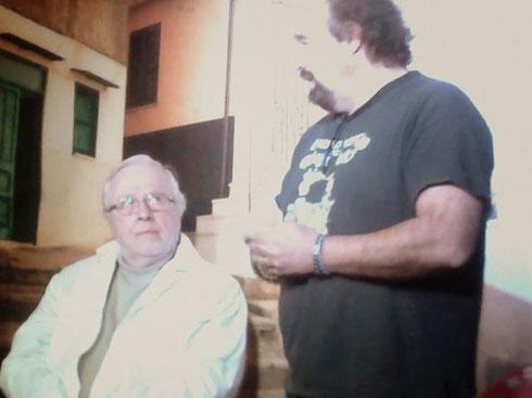 Travestito da imbianchino per non farsi riconoscere, il famoso scrittore concede un'intervista a Dado Tedeschi, travestito da Dado Tedeschi.