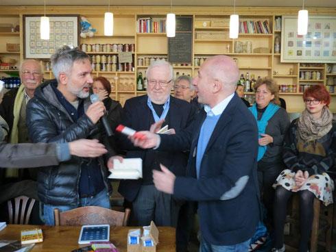 """24/11/2013 Al caffè La cupola di Varese: un momento della premizione del Concorso """"Un Racconto al Caffé. Macchiato"""", con Massimiliano Comparin."""