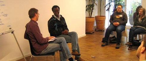 Andreas Unger im Gespräch mit Mahadi Ahmed, der aus dem Sudan floh.