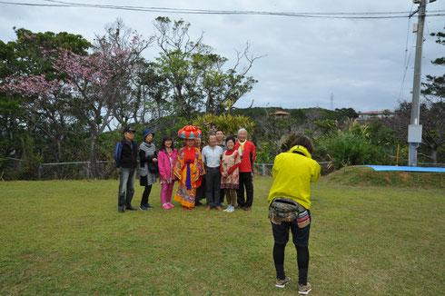 四つ竹人形「みっちー」と記念撮影。ハイチーズ