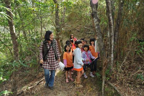 ハイキングコース内に隠されたクイズに答えて回るウォークラリーにも多くの子どもたちが参加。名護岳を駆け巡りました