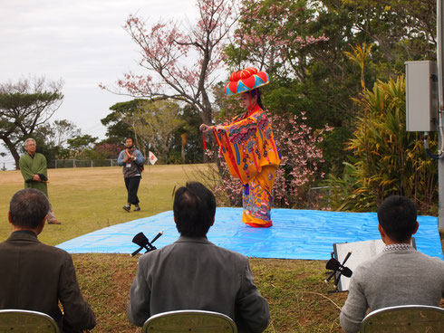 沖縄美ら島財団の芸能部による「かぎやで風」「四つ竹」で厳かに幕開け