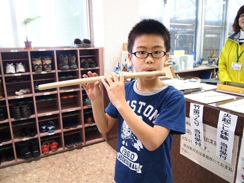 竹笛づくりも好評で、あちこちで「ピー、ピー、ヒュー」と竹笛ビギナーの奏でる音が館内に響きにぎやかに