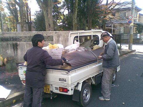 美山に向け落ち葉を搬出(12/01)