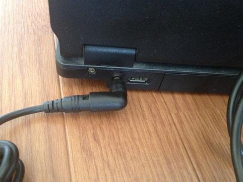 このパソコンの場合、19V M5が適合。パソコンに挿入