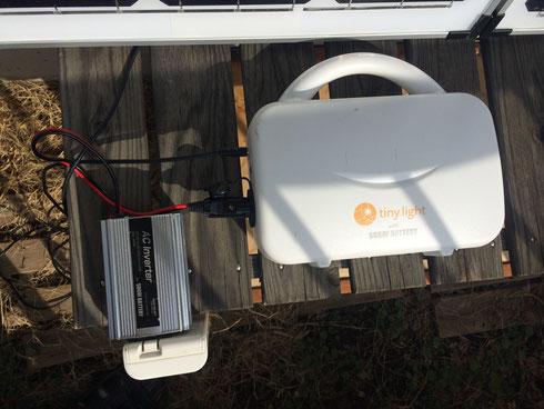 パネルからのラインはバッテリーへ。シガーソケットからインバーターへ。そしてインバーターに充電器を接続。