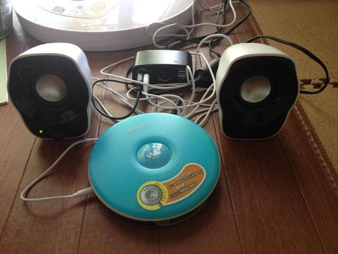 お腹がいっぱいになったら、ソーラーパネルからの電気でソーラー音楽を聴きましょう。