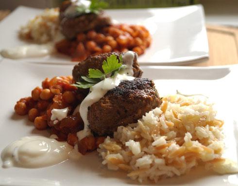 Kichererbsen, Reis, Köfte, Minzjoghurt