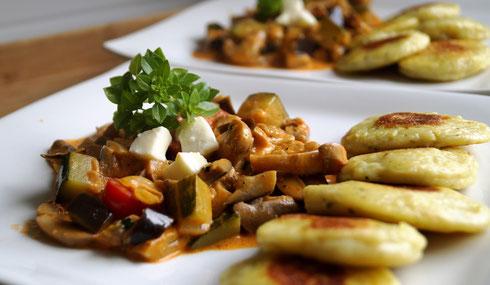 Kopytka mit Auberginen und Zucchini